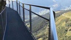 Đi bộ men vách núi trên cầu sắt cheo leo nguy hiểm bậc nhất thế giới