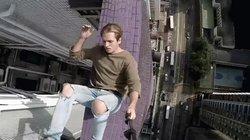 """Thanh niên lên đỉnh tòa nhà trăm tầng biểu diễn """"nhảy xuống"""" khiến người xem hết hồn"""