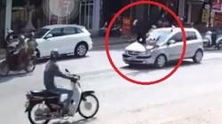 Clip: Ô tô chạy tốc độ cao tông cô gái đi bộ văng lên nóc capo