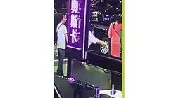 Vỗ mông cô gái trẻ, thanh niên TQ bị đánh nhừ tử