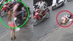 Clip: Cô gái đi bộ bị cướp, ngã bổ chửng ngay giữa phố đông người