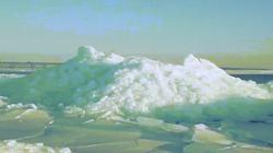 Kỳ lạ tảng băng xanh hiếm gặp cao bằng tòa nhà 3 tầng