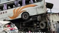 Xe buýt lao như tên bắn, lộn vòng đè nghiến xe container
