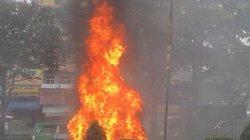 Xe ô tô bất ngờ bốc cháy dữ dội trên đường phố TP.HCM
