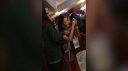 Người bán hoa sờ ngực cô gái giữa quán rượu Anh