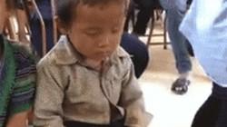 """Khoảnh khắc """"gật gù"""" của bé trai Lai Châu lên báo nước ngoài"""