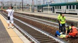 Ý: Hành động gây sốc của thanh niên khi thấy tai nạn tàu hỏa