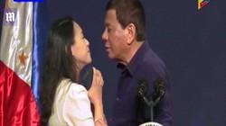 """Tổng thống Philippines gây """"bão"""" vì hôn môi nữ lao động ở HQ"""