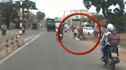 Clip: Táo tợn giật túi xách của cô gái trên đường đông người