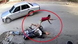 """Clip: Ô tô sang đường tông người đi xe máy """"bay như phim"""""""
