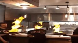 Biểu diễn múa lửa trên món ăn nhưng không ngờ kích hoạt hệ thống chống cháy