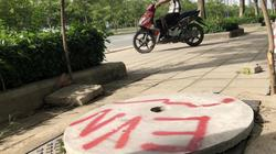 Muôn kiểu khắc phục tạm hố ga mất nắp trên đại lộ đẹp nhất Sài Gòn