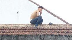 Thông tin chính thức đối tượng nghi ngáo đá cố thủ trên mái nhà ở Huế