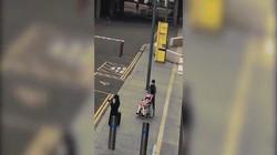 Kì lạ người đàn ông đưa búp bê tình dục dạo phố ở Anh