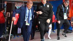 Bất chấp nguy cơ bại liệt, HLV Uruguay vẫn chống nạng ra sân