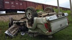 Tàu hỏa tông ô tô bán tải, 2 người thương vong