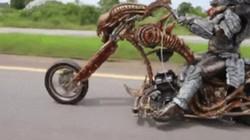 """SỐC: """"Quái vật ăn thịt"""" chạy môtô săn mồi tại Thái Lan"""