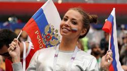 Fan Argentina bị cấm vào sân do dạy gái Nga... văng tục