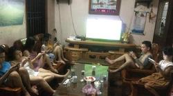 Dân mạng xôn xao bức ảnh cả nhà quây quần xem World Cup nhưng ai cũng lướt điện thoại làm việc riêng