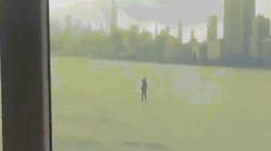 Ăn mặc lịch lãm chèo ván vượt sông để đi họp đúng giờ
