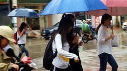 Thí sinh đội mưa hối hả tới điểm thi môn Vật lý