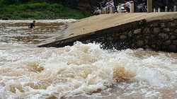Mặc tỉnh ra công điện khẩn về mưa lũ, người dân vẫn lội sông quăng chài