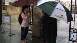 Sĩ tử Quảng Ninh đội mưa to kèm sấm chớp đi thi ngày cuối cùng