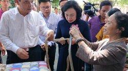Bộ trưởng Nguyễn Xuân Cường bất ngờ với sản phẩm lụa tơ sen của nghệ nhân Thủ đô