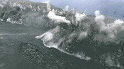 Khoảnh khắc du khách run rẩy khi sóng khổng lồ theo sát phía sau