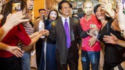 Chế Linh mừng sinh nhật tuổi 77 bên vợ cùng hàng trăm fan tại Hà Nội