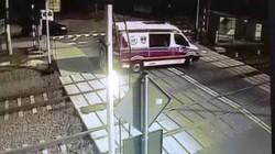 Video: Hãi hùng ô tô vượt rào chắn bị tàu hỏa đâm trực diện