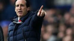 """HLV Unai Emery nói gì khi Arsenal lại """"tự bắn vào chân""""?"""