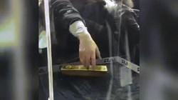 Du khách bất lực lấy thỏi vàng nặng 20kg ở sân bay Dubai