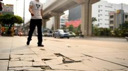 Hà Nội: Đá lát vỉa hè 'tuổi thọ 70 năm' vỡ nát sau gần 2 năm sử dụng