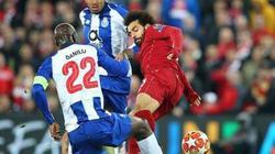 Tung cước triệt hạ đối phương, Salah may mắn thoát thẻ đỏ