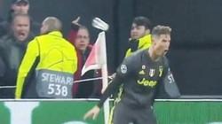 """Clip: Ăn mừng quá nhiệt, Ronaldo bị ném """"vật thể lạ"""""""