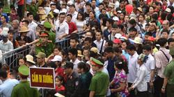 Đền Hùng đông nghịt trước ngày giỗ tổ bởi hàng vạn người đổ về