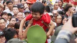 Ảnh, clip: Trẻ nhỏ thất thần vì chen lấn tại Lễ hội Đền Hùng 2019