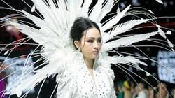 Hoa hậu Trương Hồ Phương Nga gây bất ngờ khi xuất hiện trên sàn catwalk