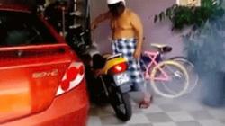 Video: Cụ ông cởi trần, đội mũ bảo hiểm nẹt pô xe inh ỏi