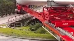 Xem xe đầu kéo dài hàng chục mét đánh lái ngoạn mục vào cây cầu hẹp