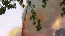 Khoảnh khắc tháp nhà thờ Đức Bà Paris đổ sập trong ngọn lửa hung tàn