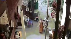 Thầy tu Thái Lan đấm đá tàn tệ một người đàn ông tàn tật