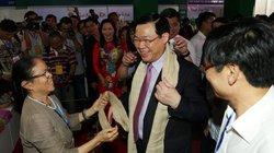 Phó Thủ tướng Vương Đình Huệ thích thú với khăn làm từ lụa tơ sen