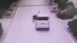 """SỐC: Lái xe máy thoát nguy hiểm còn """"giả chết"""" trốn trách nhiệm"""