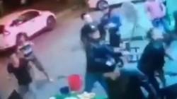 VIDEO: Nhóm côn đồ vác hung khí truy sát trước tiệm cầm đồ