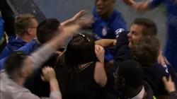 """CLIP: Giải """"hạn hán"""", Higuain ăn mừng bằng cách húc đầu vào ngực fan nữ"""