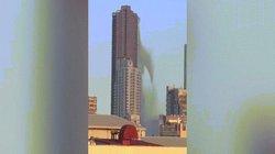 Khoảnh khắc nước đổ ào ào từ trên tòa nhà cao tầng vì động đất ở Philippines