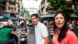 Khách Tây lấy hết dũng khí khi băng qua đường ở Việt Nam