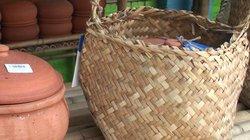 QUÁ HAY: Sau lá chuối, đến lượt túi lá cói được dùng đựng thực phẩm